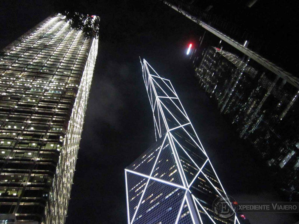 rascacielos iluminados de noche en hong kong