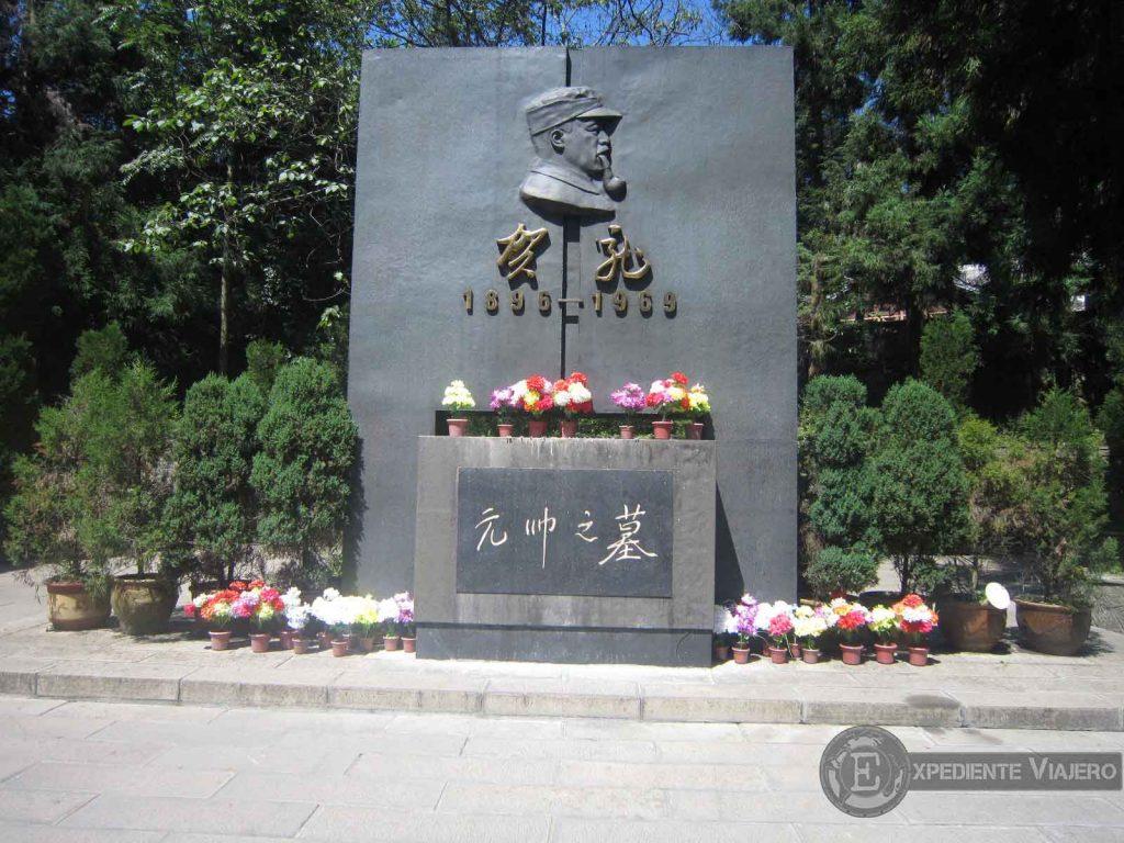 estatua de He Long en tianzi