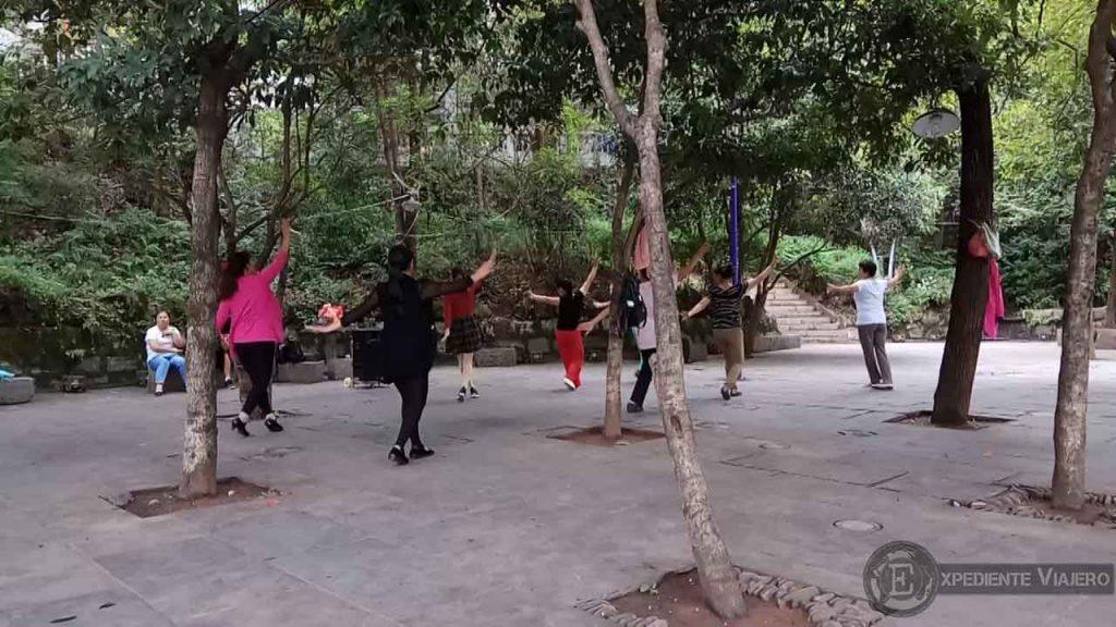 chinos bailando parque