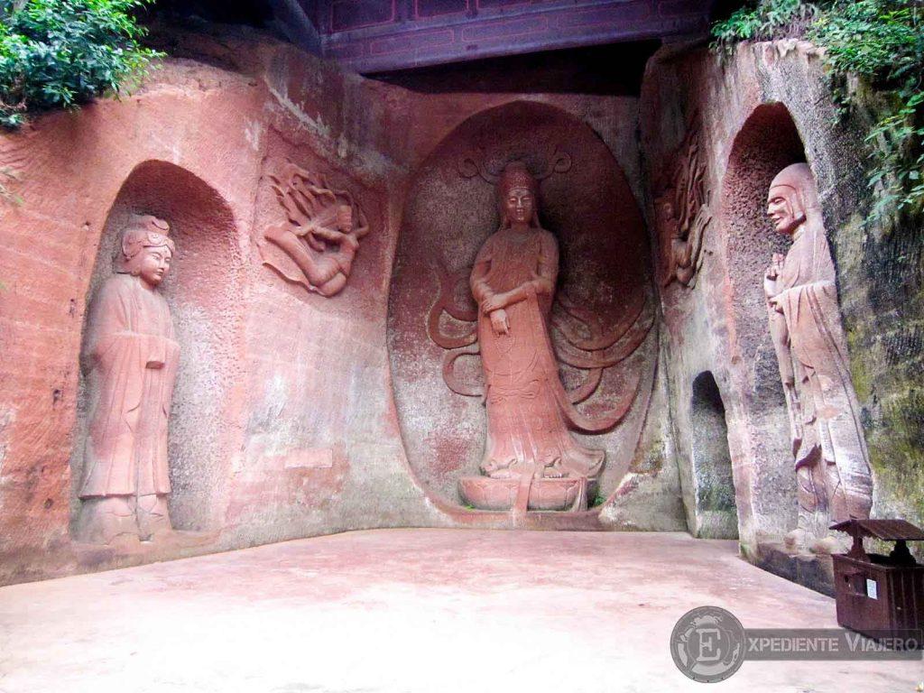 Budas excavados en la montaña Leshan