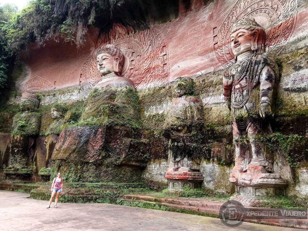 Budas con musgo en Oriental Buddha park