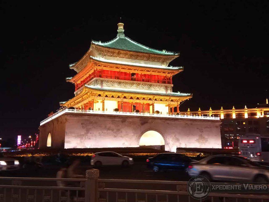 Ver la Torre de la Campana iluminada de noche en Xi´an