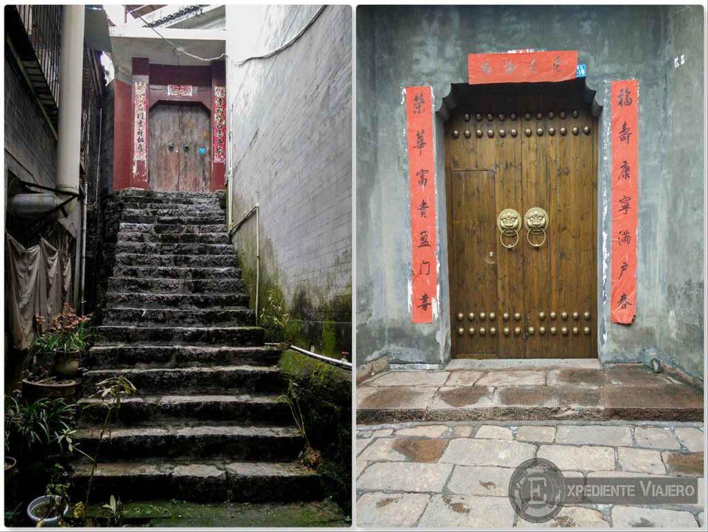 Puertas tradicionales chinas en Fenghuang