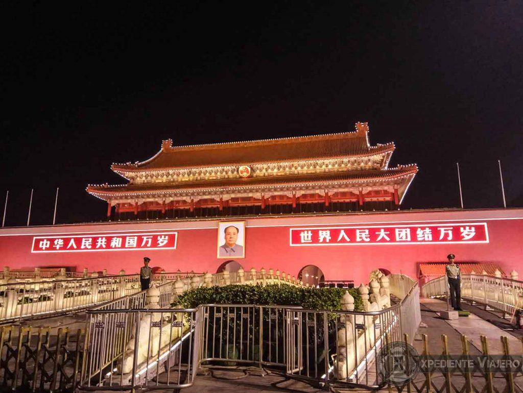 Ver de noche la Puerta de Tiananmén o Puerta de la Paz Celestial