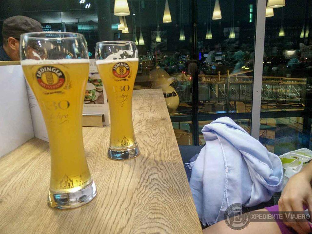 Tomando cervezas en el aeropuerto de Zúrich