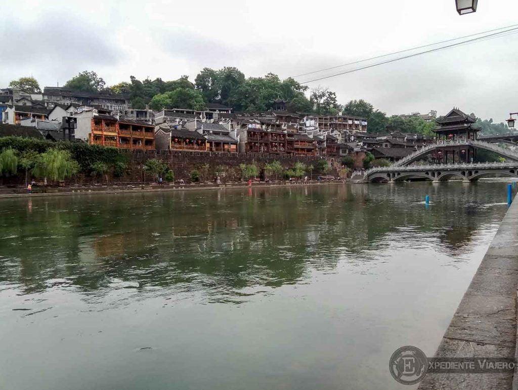 Puente Fenghuang y río Tuojiang