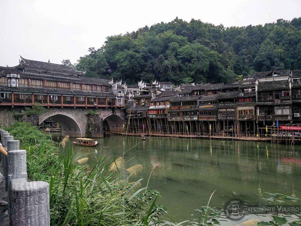 Puente Hong y casas de madera río fenghuang