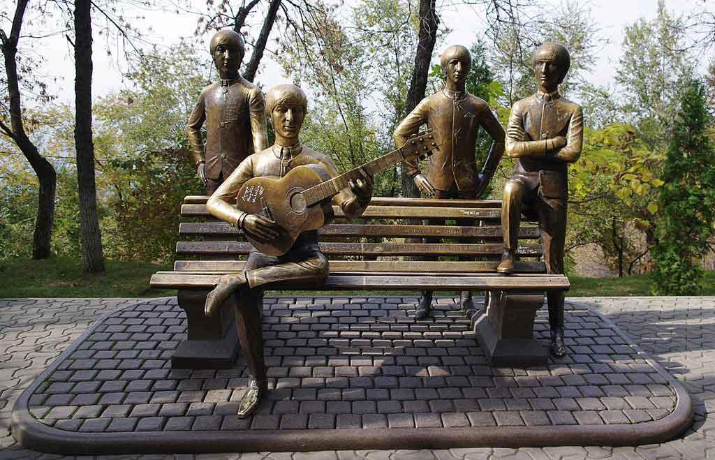 Estatua de los Beatles en Almaty