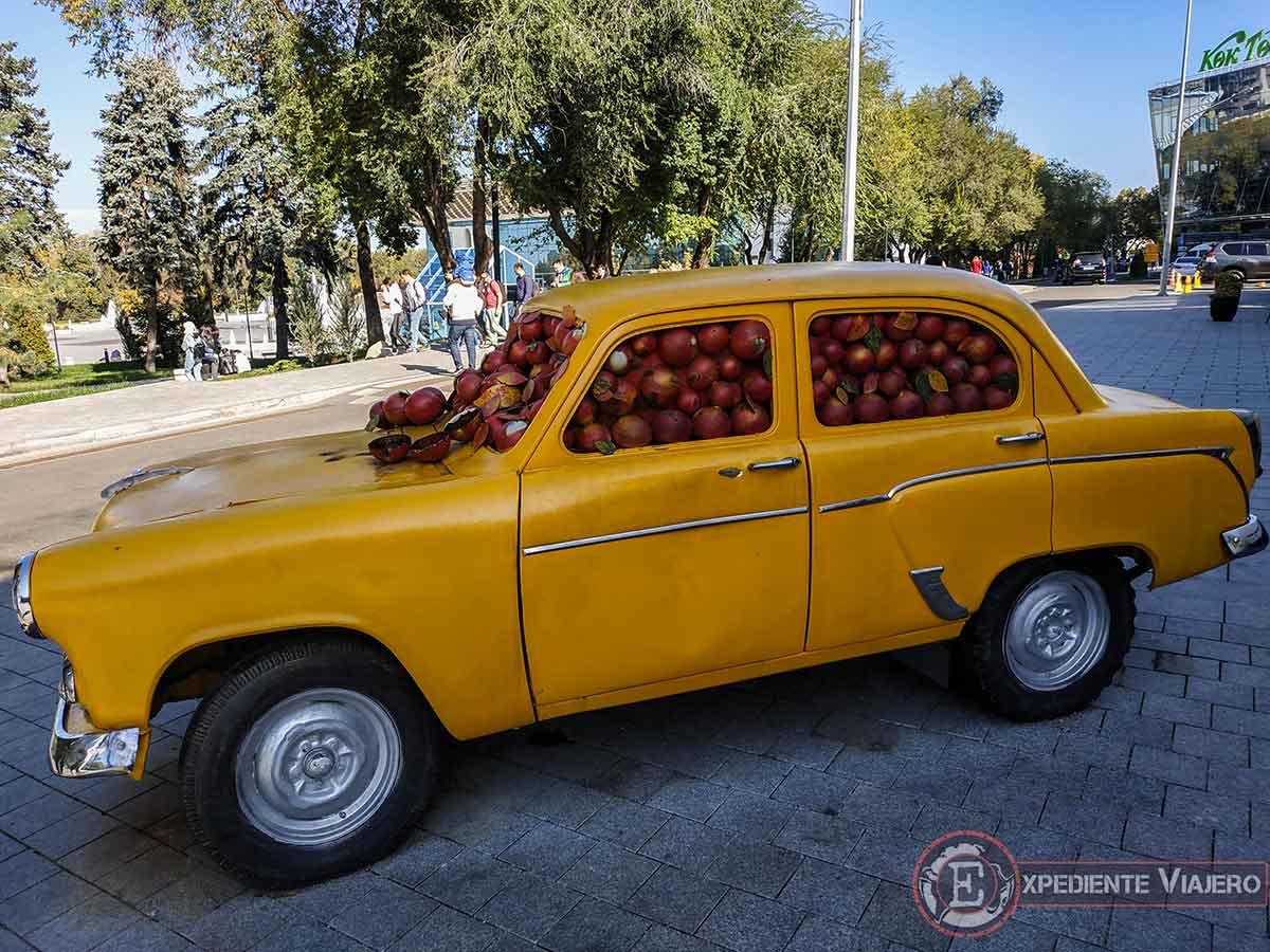 Coche lleno de manzanas