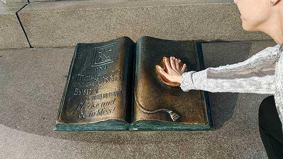 Libro en el monumento de la independencia de Almaty
