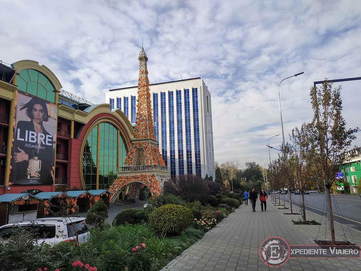 Hotel con torre eiffel en Almaty