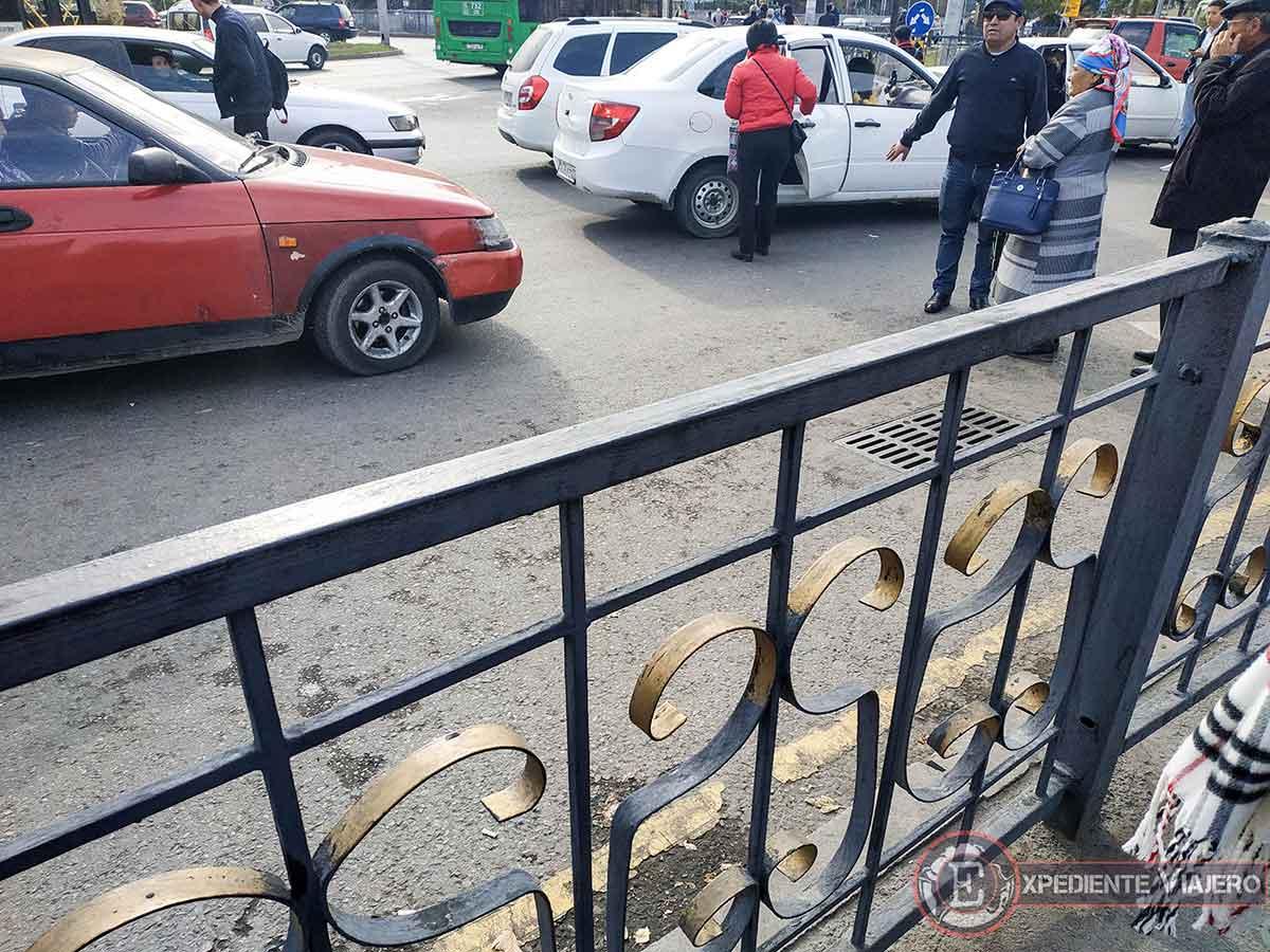 Gente haciendo autostop en Almaty