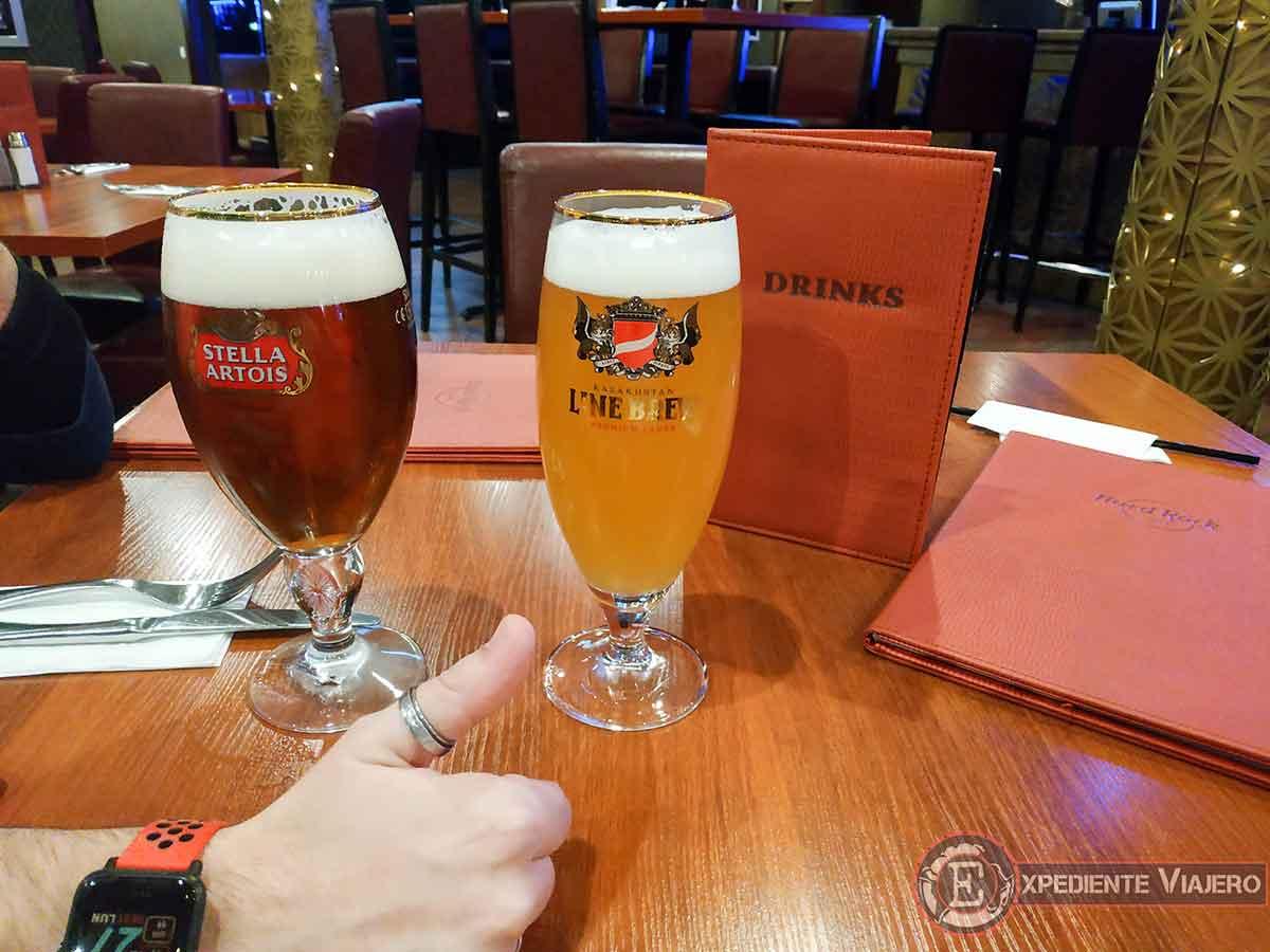 tomando cervezas en el Hard Rock Almaty