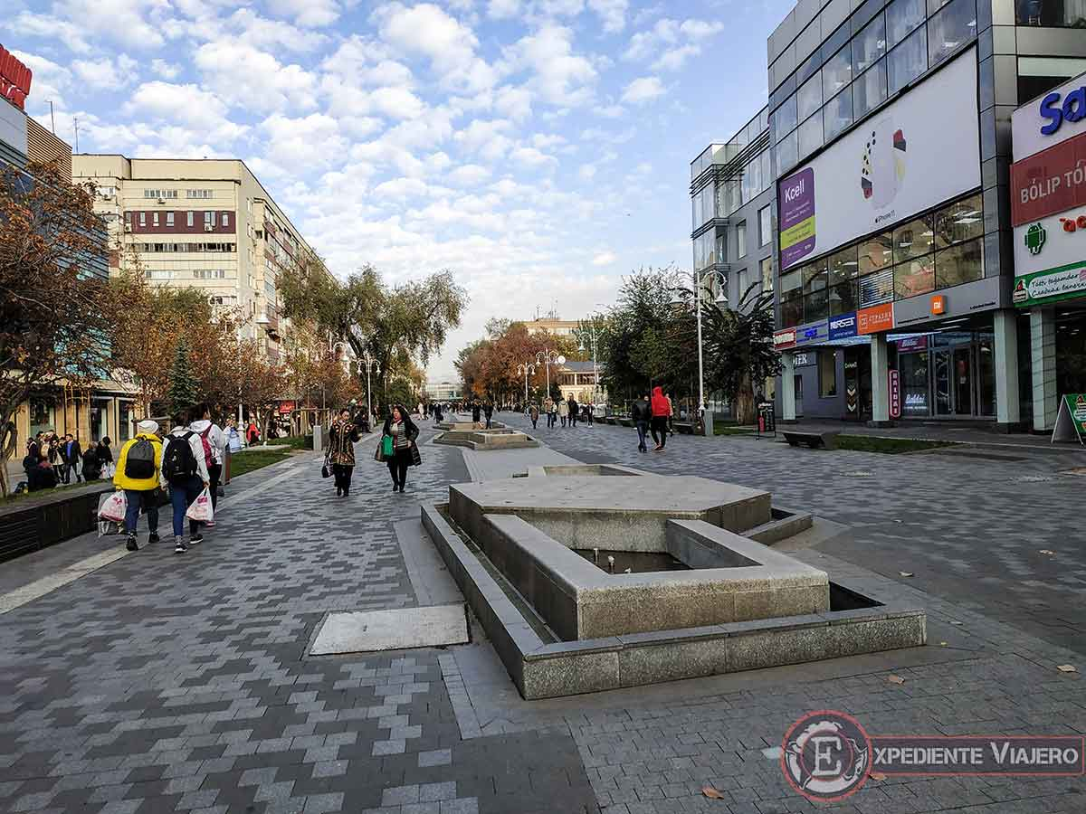 La comercial calle Panfilov de Almaty