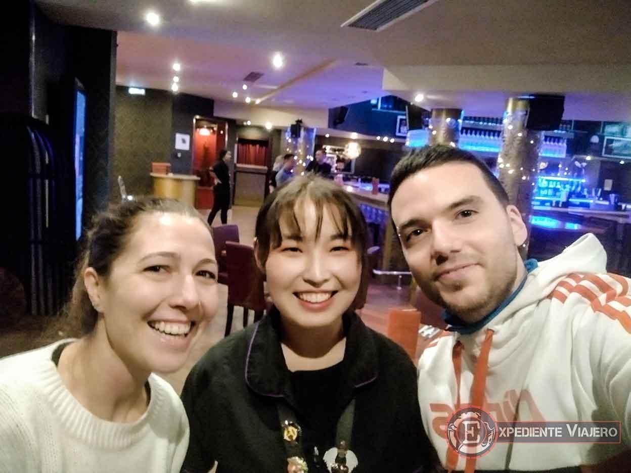 Con nuestra simpática camarera del Hard Rock