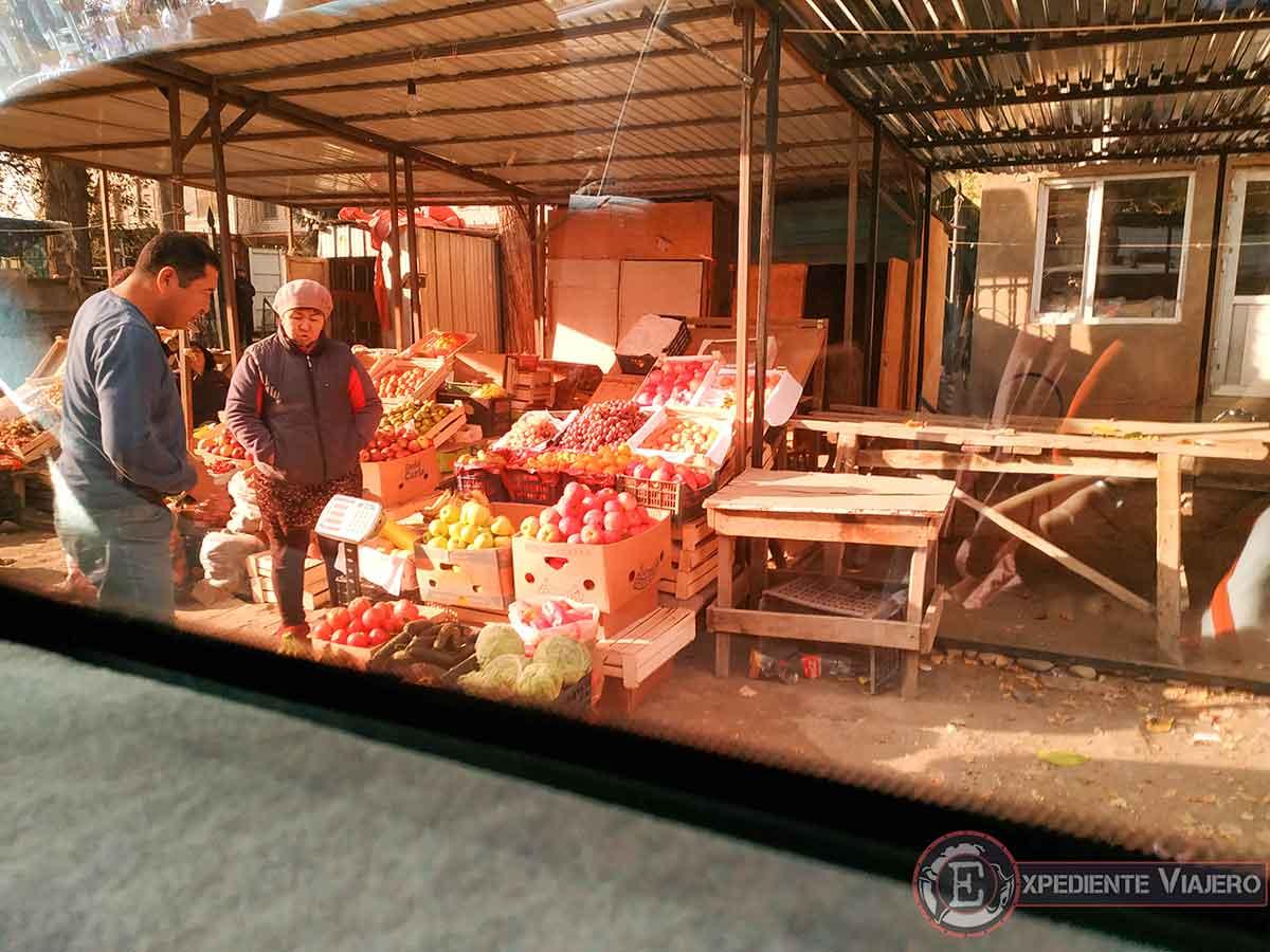 Nurlan comprando fruta en un puesto