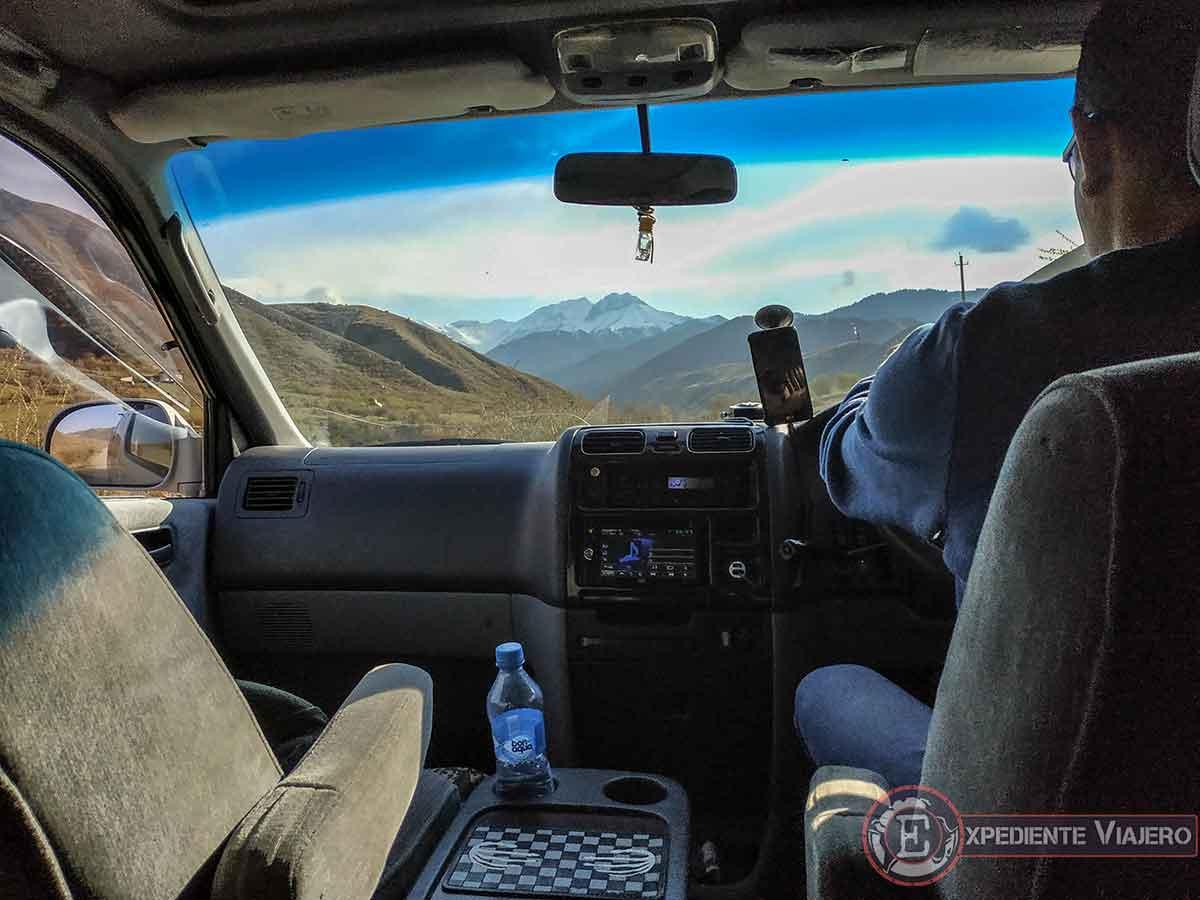 Camino en coche al lago Kaindy