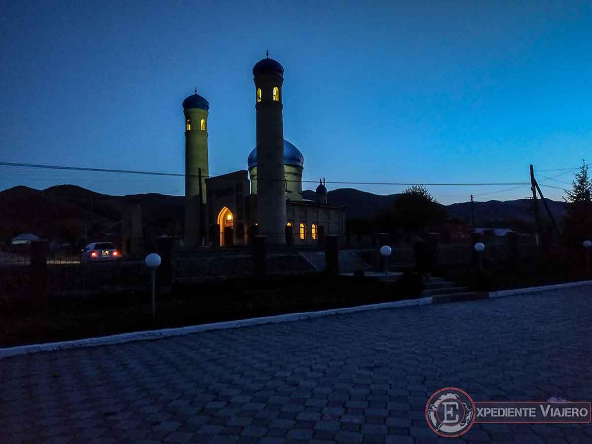 Anocheciendo junto a la mezquita de Saty