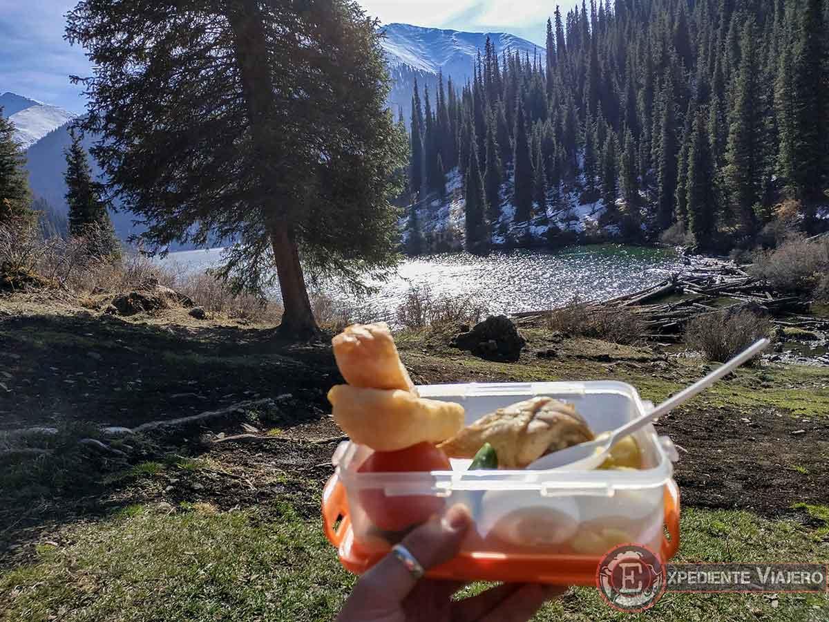 Comiendo en el lago Kolsai 2
