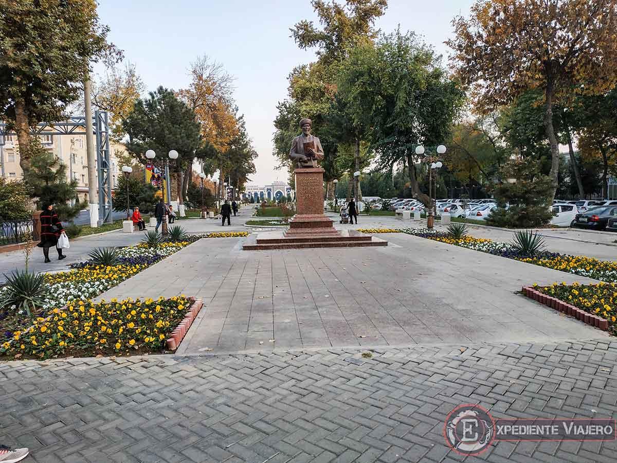 Parque frente a la estación de tren de Tashkent