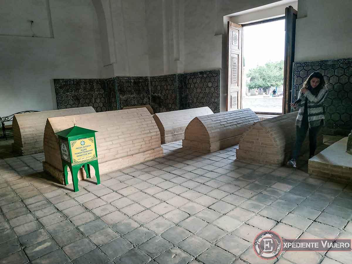Tumbas del mausoleo de Rukhabad