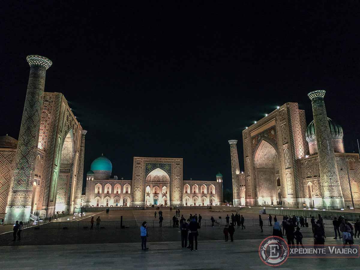 La ciudad de Samarcanda de noche