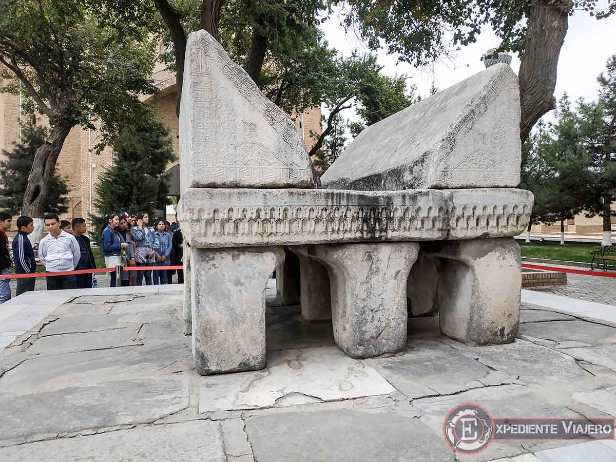 Piedra altar para leer el Corán