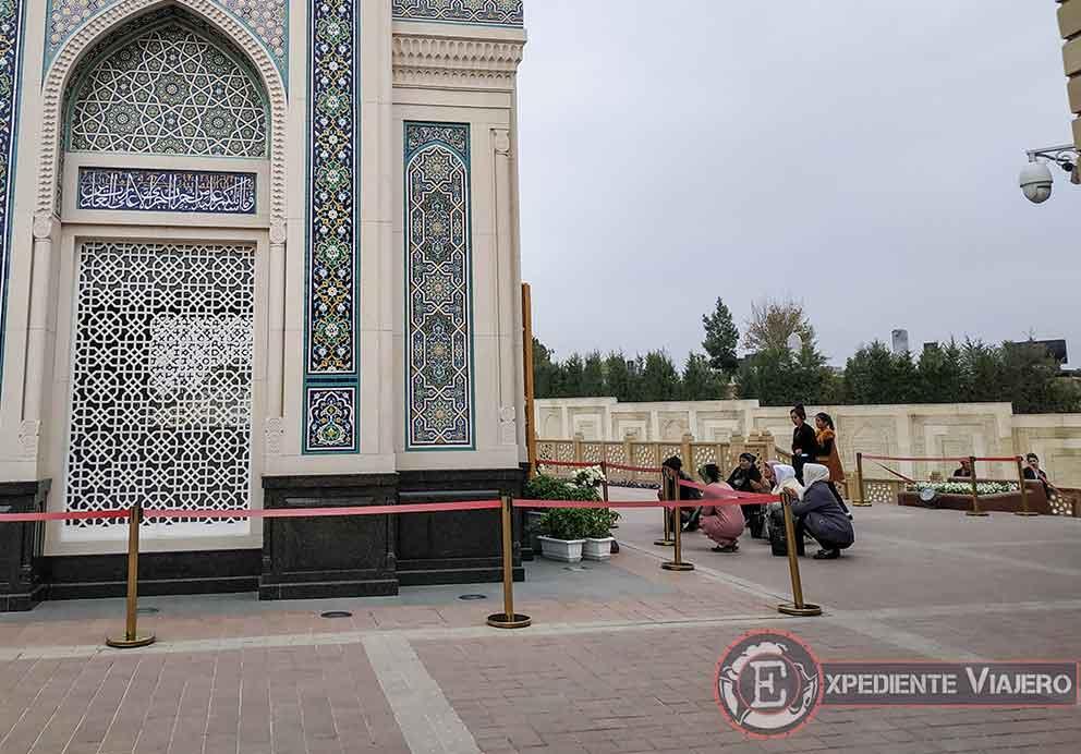 Mujeres uzbekas rezando junto al mausoleo