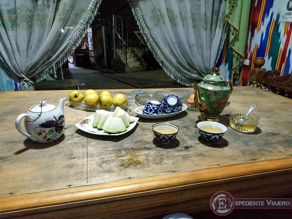 Té y fruta en la cama uzbeka