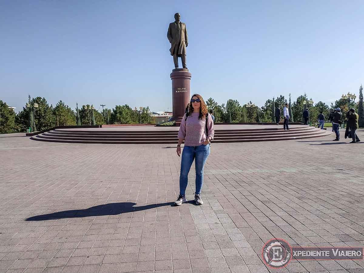 Estatua del presidente Islam Karimov