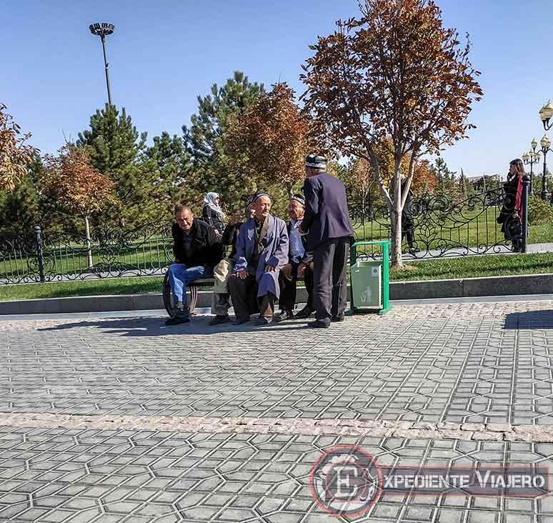 curiosidad locales uzbekos sentados en un banco