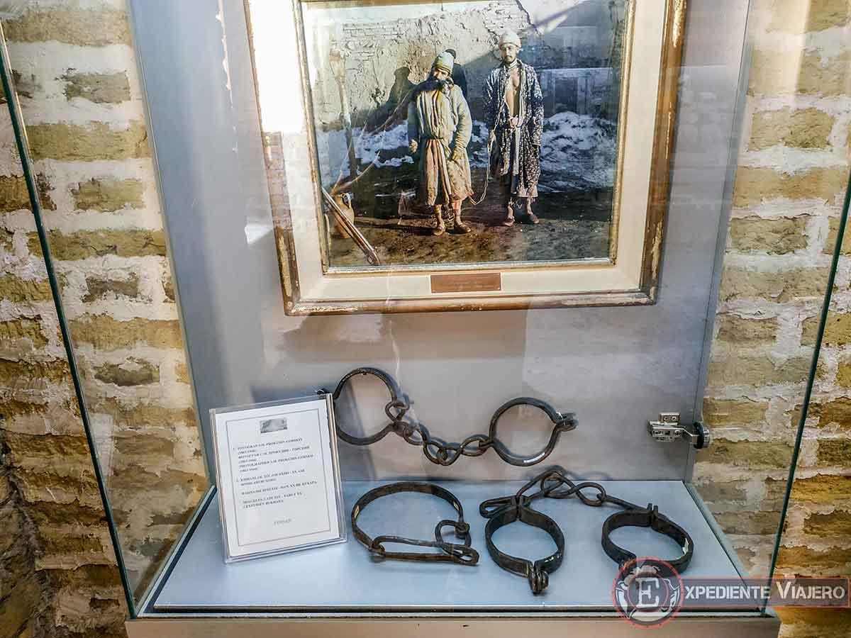 Grilletes y foto antigua de presos