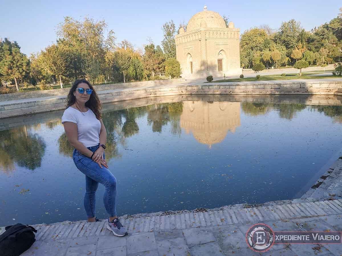 Lago junto al mausoleo de Ismail Samani
