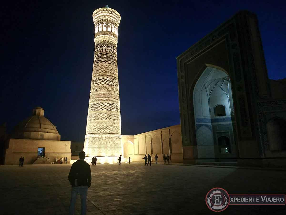 Minarete Kaylan de noche