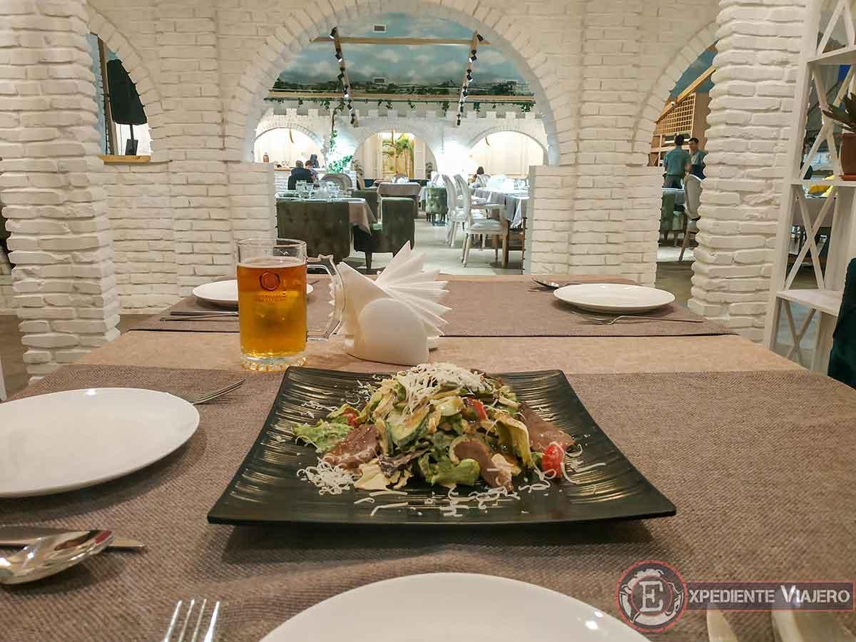 Ensalada en restaurante Bella Italia de Bukhara