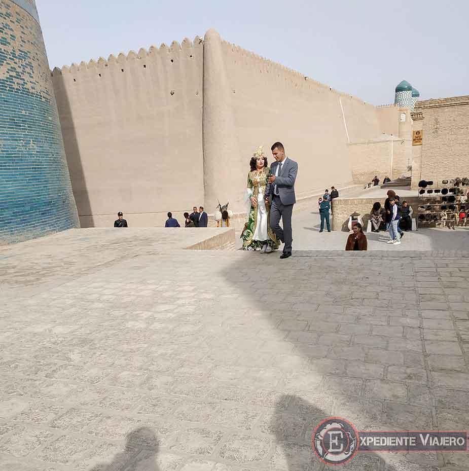 Traje tradicional de invitados a una boda