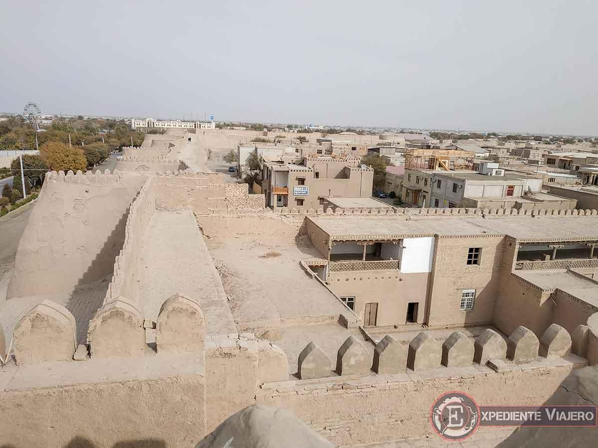Vistas de las murallas y los tejados de Jiva