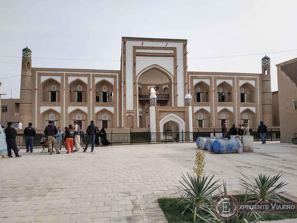 Película india frente a la madrasa Amir Tura,