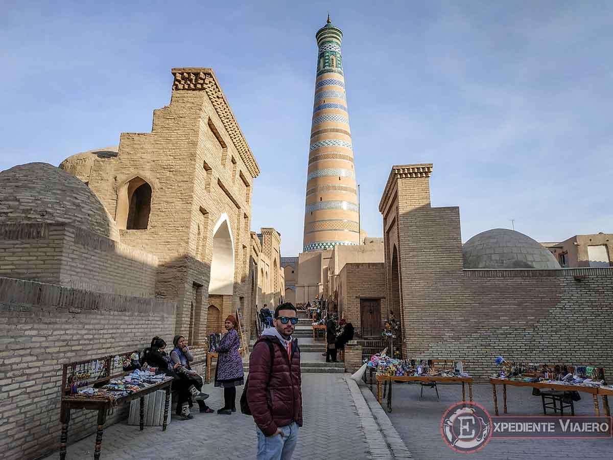 Puestos callejeros con el minarete al fondo
