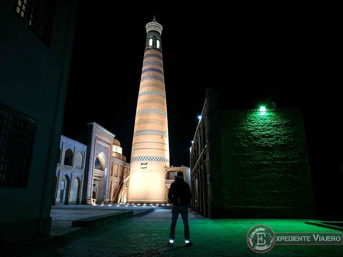 Minarete y madrasa de Islam Khodja de noche