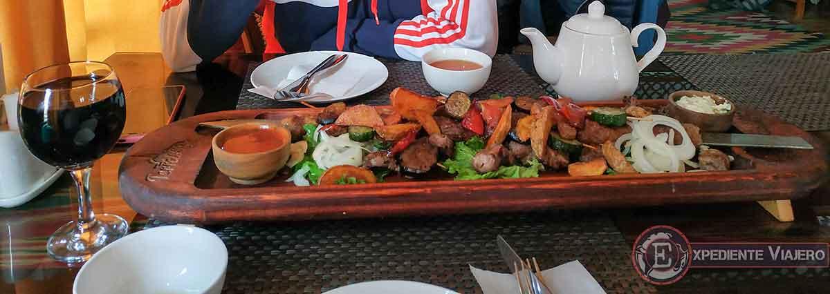 Comer shashlisk en el Terrassa Cafe de Jiva