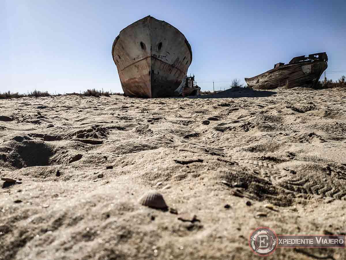 Cementerio de barcos fantasma en Moynaq