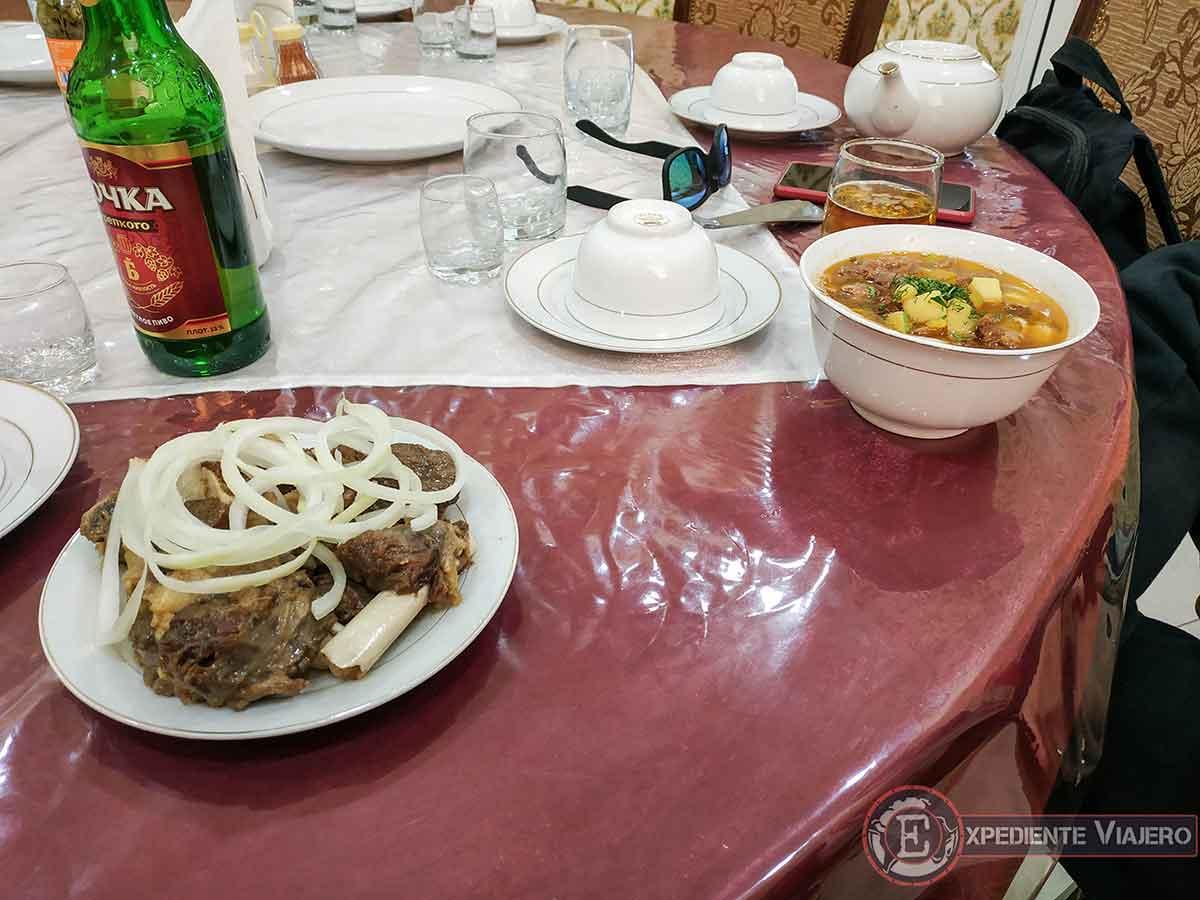 Comida en el restaurante de carretera
