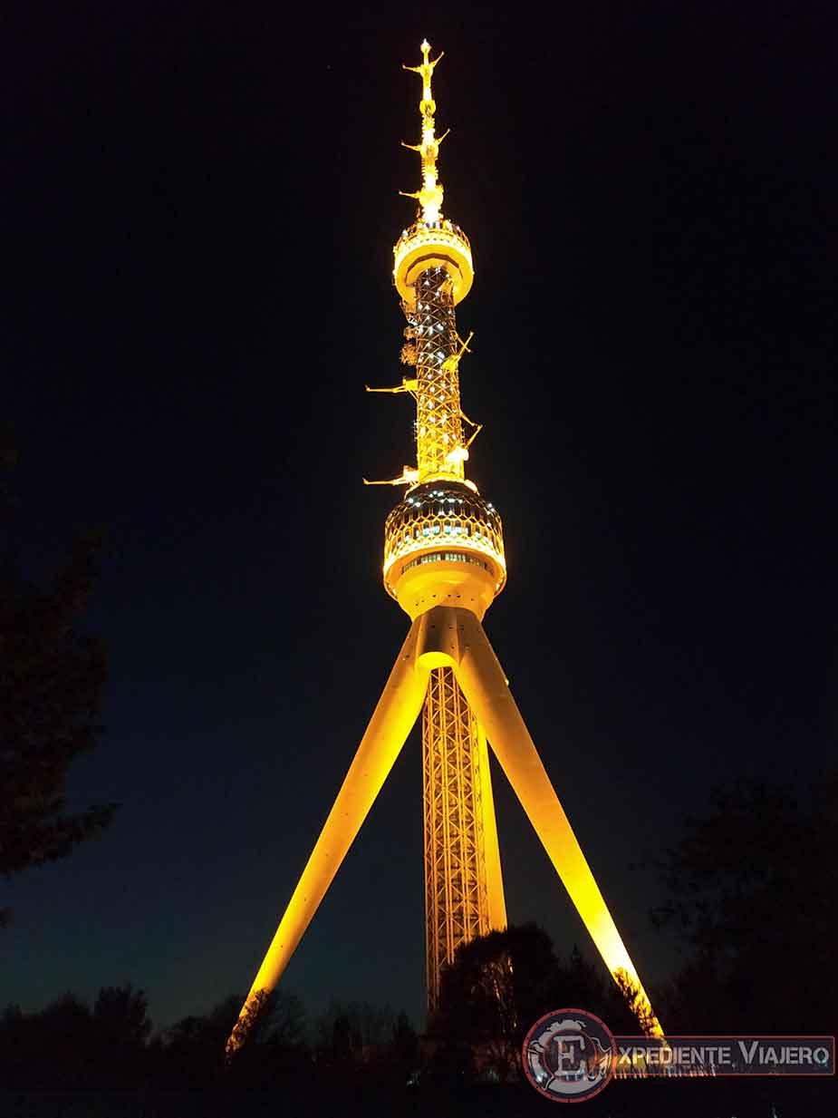 Torre de televisión de Tashkent iluminada de noche