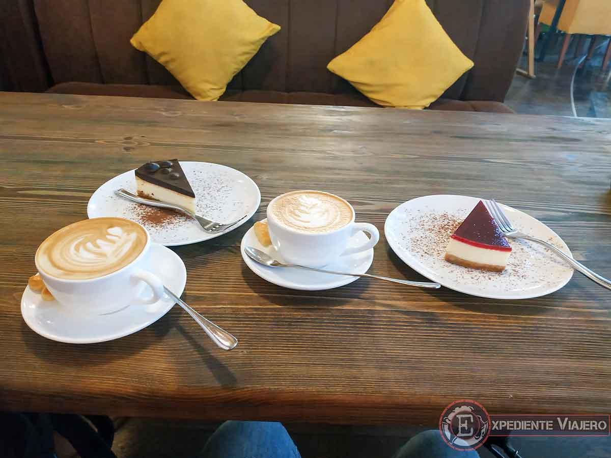Café y tarta en el Samarqand Darvoza