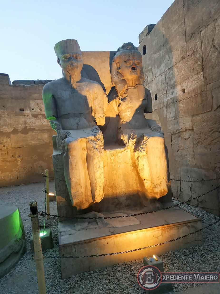 Estatua de Ramsés II y su gran amor