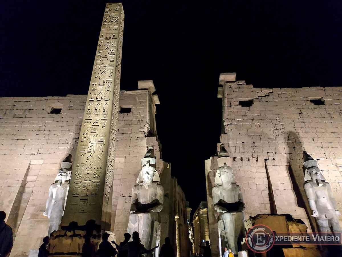 Puerta iluminada del templo de Luxor