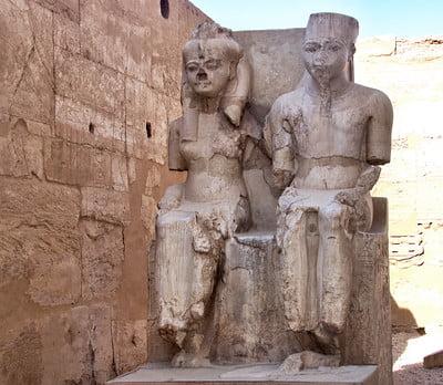 Estatuas de Nefertari y el faraón