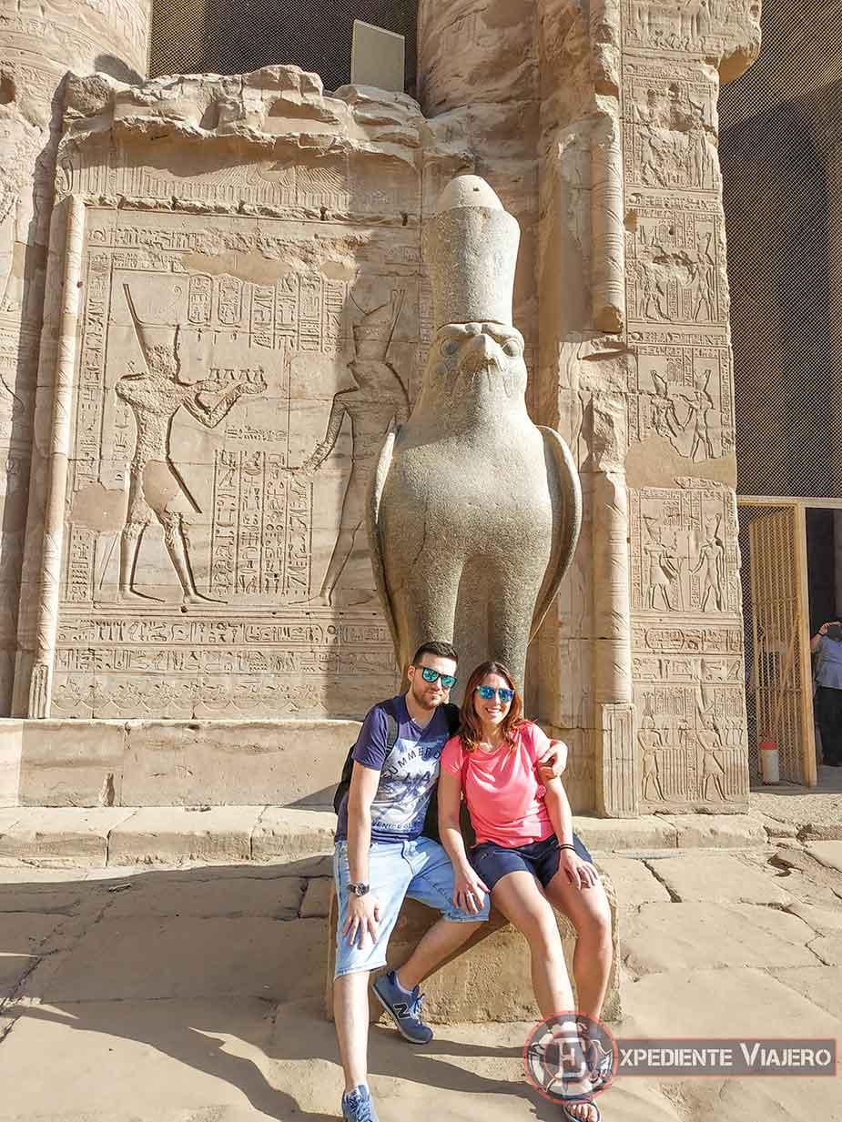Figura de Horus en el Templo de Edfu