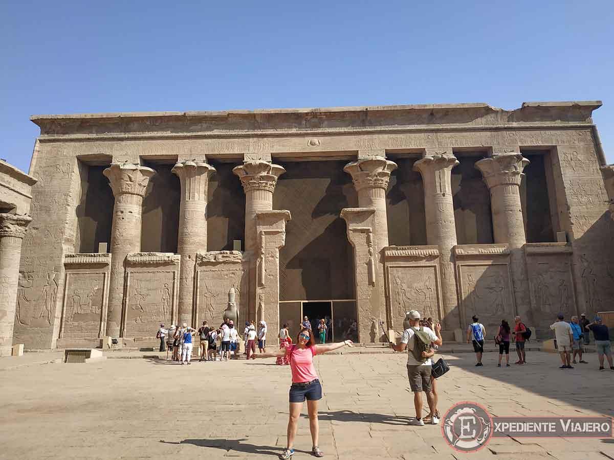 Patio con columnas del Templo de Horus